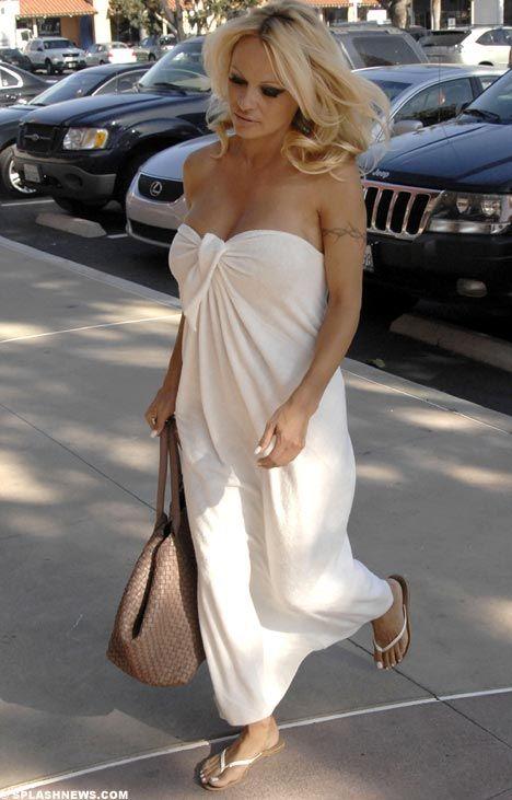 Tanıtım ve dizilerden artık eskisi gibi teklif alamadığı için zor günler geçiren Pamela Anderson, günlerini Miami'de alışveriş yaparak geçiriyor. Geçtiğimiz gün şehrin en lüks caddesinde bornoza benzeyen elbisesiyle görüntülenen Pamela, objektiflerden kaçmak istediyse de başarılı olamadı, hiçbir şey olmamış gibi önüne bakarak yürümeye devam etti.